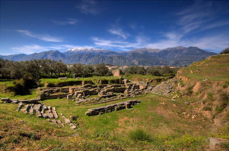 Το αρχαίο θέατρο της Σπάρτης με θέα στον Ταϋγετο.