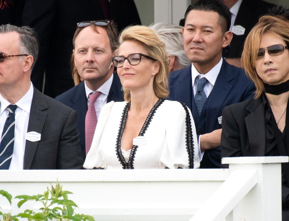 Η ηθοποιός Τζίλιαν Άντερσον και ο Ιάπωνας τραγουδιστής παρακολουθούν δίπλα δίπλα τις εκδηλώσεις