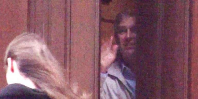 O πρίγκιπας Άντριου αποχαιρετά κοπέλα στο σπίτι του Τζέφρι Έπσταϊν.