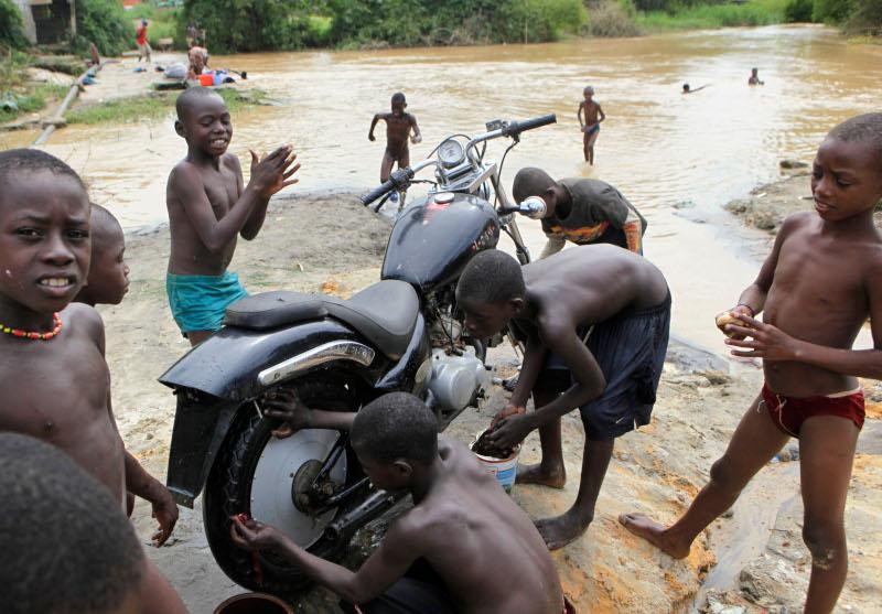 Τα δύο τρίτα του πληθυσμού στην Ανγκόλα προσπαθούν να επιβιώσουν με λιγότερα από δύο δολάρια την ημέρα.