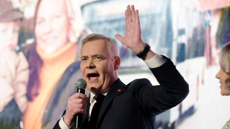 O επικεφαλής των Σοσιαλδημοκρατών και νέος πρωθυπουργός της Φινλανδίας, Άντι Ρίνε , μιλά σε συγκέντρωση μετά τις εκλογές.
