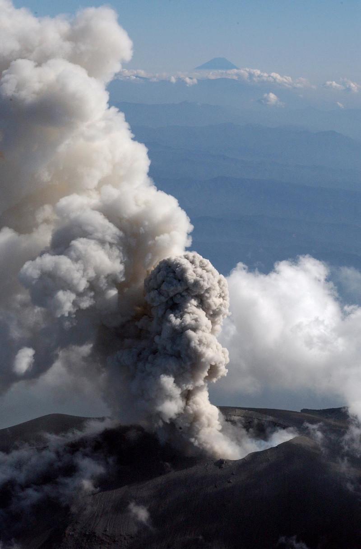 Στιγμιότυπο από έκρηξη του ηφαιστείου Ασάμα το 2004