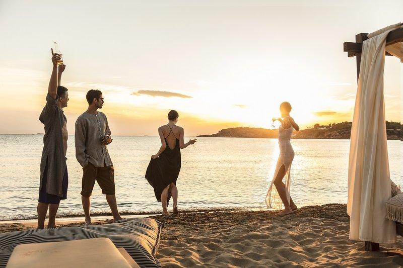Η Astir Beach είναι έτοιμη και φέτος να μετατραπεί στον απόλυτο προορισμό χαλάρωσης, για όλες τις ώρες της ημέρας, από νωρίς το πρωί, μέχρι αργά τη νύχτα.