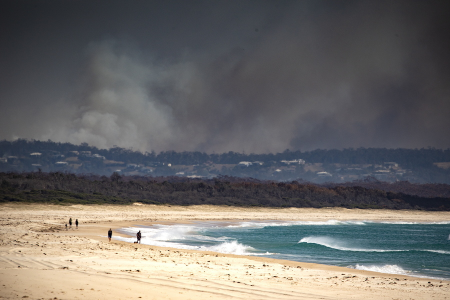 Παραλία της Αυστραλίας με φόντο πυρκαγιές