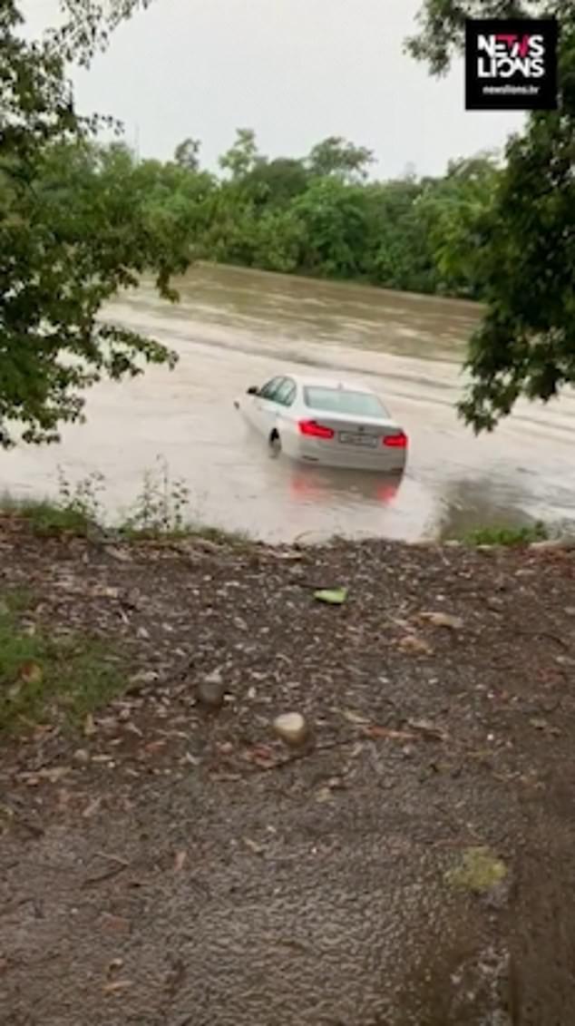 Ο Ινδός οδήγησε την BMW  στην άκρη του ποταμού και την έριξε μέσα για να διαμαρτυρηθεί για το αυτοκίνητο που του πήραν οι γονείς του