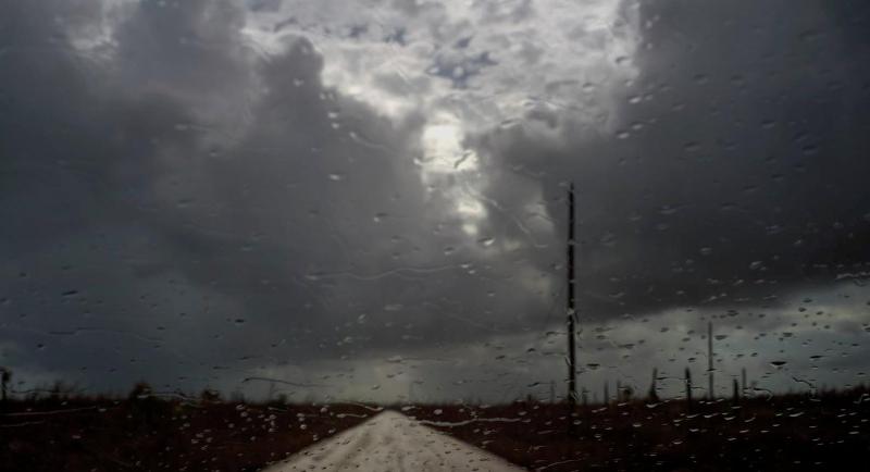 Βροχή, πρόδρομος της τροπικής καταιγίδας «Ουμπέρτο» «μαστιγώνει» το παρμπρίζ ενός αυτοκινήτου στην πόλη McLean μετά το πέρασμα του τυφώνα Dorian από τις Μπαχάμες.