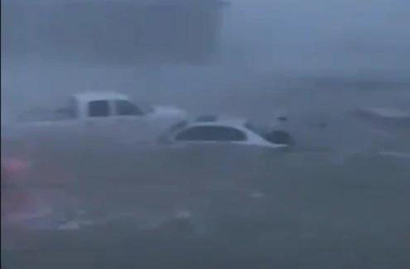 Τα ορμητικά νερά κατάπιαν αυτοκίνητα.