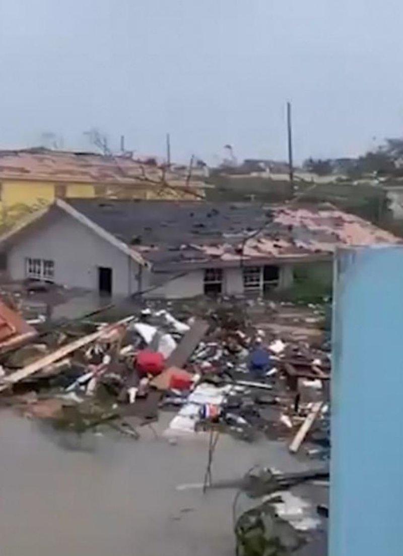 Ο τυφώνας Dorian άφησε πίσω του συντρίμμια στο πέρασμά του από τις Μπαχάμες.