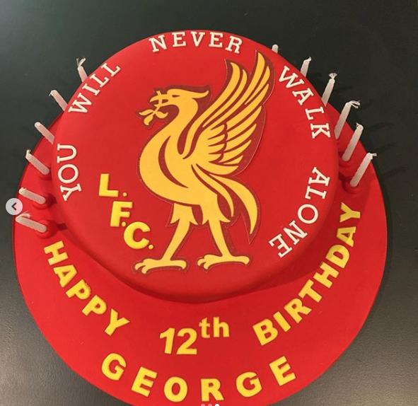 Η τούρτα ήταν ένα αφιέρωμα στην ποδοσφαιρική ομάδα της Λίβερπουλ την οποία φαίνεται πως λατρεύει ο γιος της