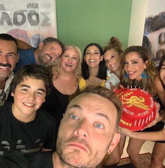 Η Δέσποινα Βανδή γιόρτασε τα γενέθλια του γιου της Γιώργου με μια τούρτα - έκπληξη στα παρασκήνια της παράστασης που συμμετέχει
