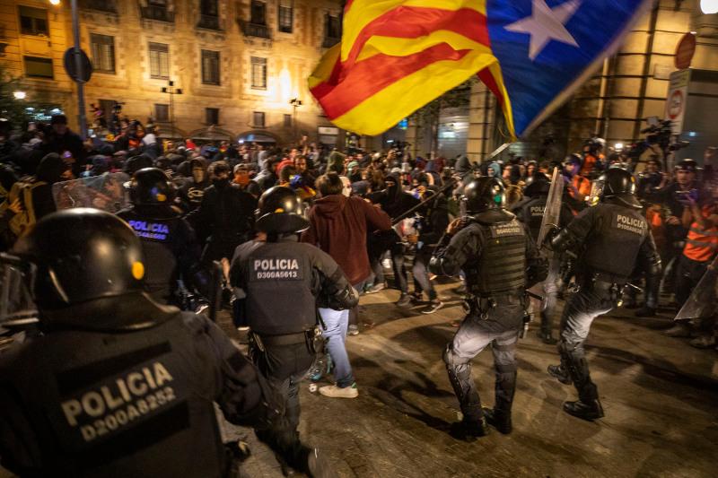 Οι εικόνες βίας αμαύρωσαν την τεράστια πορεία στο κέντρο της Βαρκελώνης.