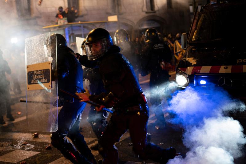 Αστυνομικοί συγκρούστηκαν με νεαρούς στο τέλος της ειρηνικής διαδήλωσης υπέρ της ανεξαρτησίας της Καταλονίας.