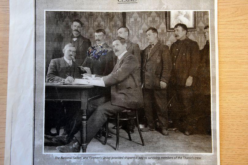 Ο Τζορτζ Μποσάμπ (τρίτος από αριστερά στην πίσω σειρά) εργαζόταν ως θερμαστής στον Τιτανικό.