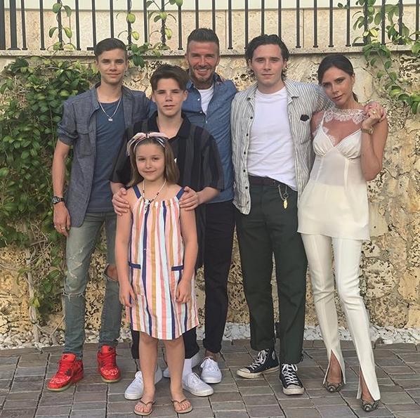 Η οικογενειακή φωτογραφία που πόσταραν όλα τα μέλη της οικογένειας Μπέκαμ