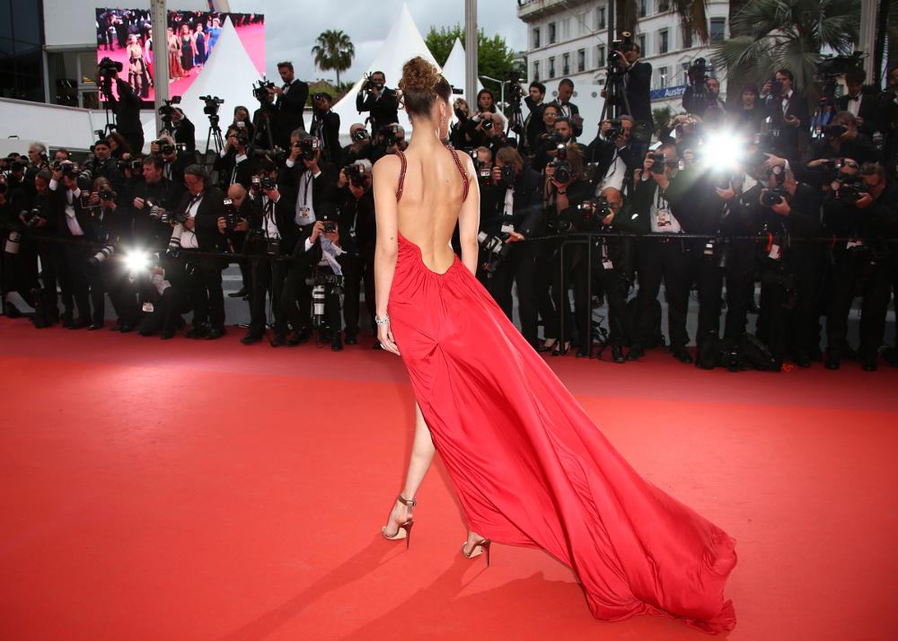 bb1b433c07f8 Καννες 2019  Φωτιά στα κόκκινα η Μπέλα Χαντίντ – Με vintage φόρεμα ...
