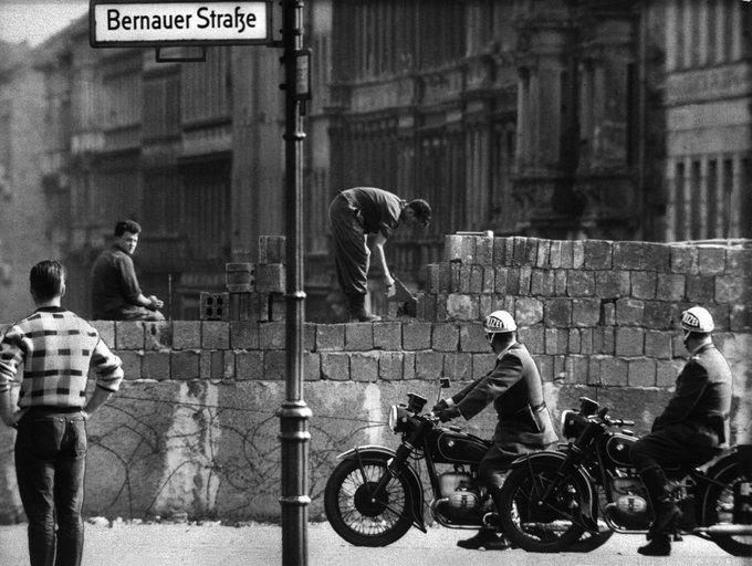 Η ανέγερση του Τείχους του Βερολίνου άρχισε στις 13 Αυγούστου 1961.