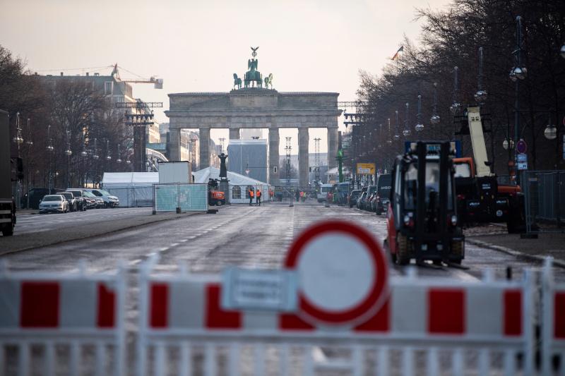 Κλειστοί οι δρόμοι γύρω από την Πύλη του Βραδεμβούργου στο Βερολίνο. Το παραδοσιακό Πρωτοχρονιάτικο σώου θα μετοδοθεί διαδικτυακά