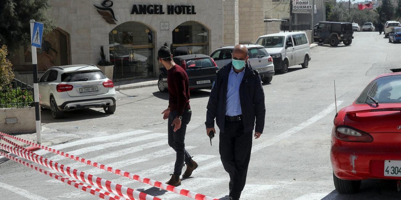 Παλαιστίνιος αστυνομικός έξω από το ξενοδοχείο Angel στην περιοχή της Βηθλεέμ, όπου βγήκαν θετικά στον κορωνοϊό μέλη του προσωπικού του.