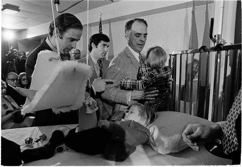 Ο Τζο Μπάιντεν (αριστερά) παρηγορεί τον τραυματισμένο γιο του Μπο, την ώρα που ο γιος του Χάντερ μιλά με τον παππού του σε μια φωτογραφία του 1973.