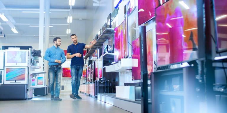 Καταναλωτής κοιτάζει για αγορά νέας τηλεόρασης