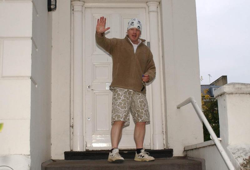 Ο Μπόρις Τζόνσον με μπαντάνα στο κατώφλι του σπιτιού του επιστρέφοντας από τζόκινγκ το 2004.