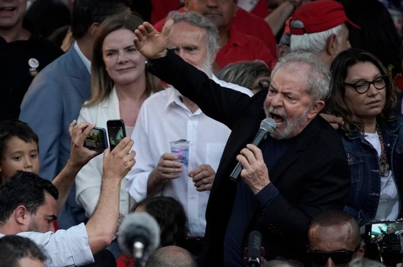 Ο Λούλα χαιρέτισε το πλήθος με υψωμένη την γροθιά του