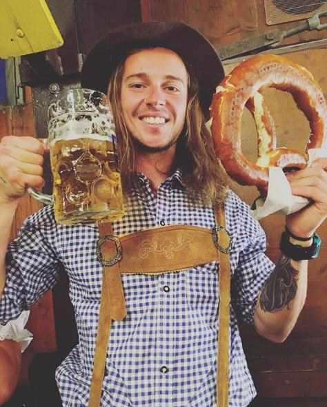 Τουρίστας τρώει μπρέτσελ στο Octoberfest