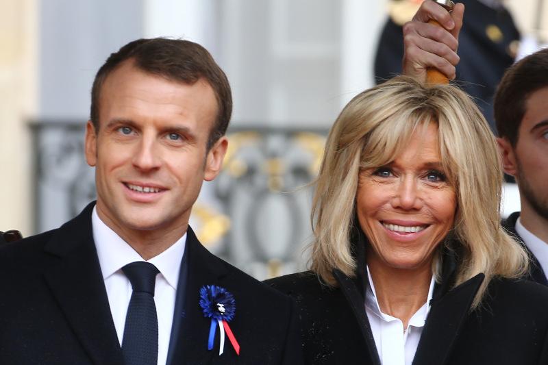 Ο Εμανουέλ και η Μπριζίτ Μακρόν χαμογελαστοί