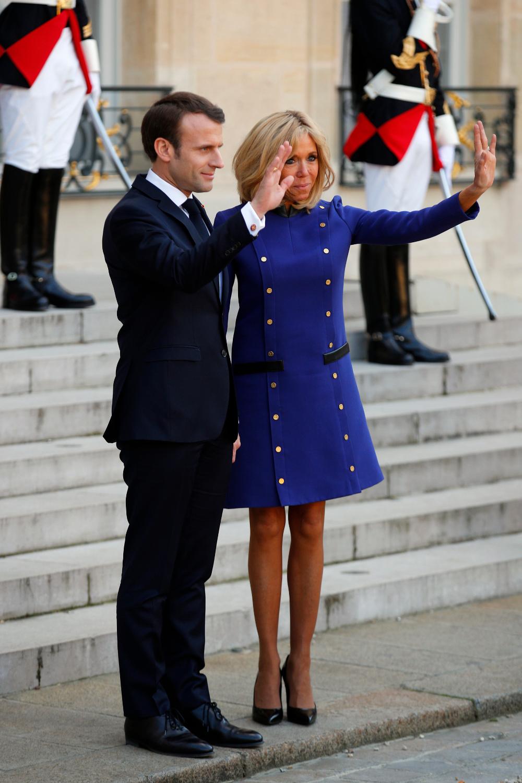 Ο Εμανουέλ Μακρόν και η Μπριζίτ μπροστά στο Μέγαρο των Ηλυσίων