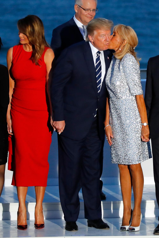 Με ασημί φόρεμα και ψηλοτάκουνες λευκές γόβες με ασημένια λεπτομέρεια  στο μπροστινό μέρος, η Μπριζίτ Μακρόν έκανε την τρίτη της εμφάνιση μέσα σε μία ημέρα