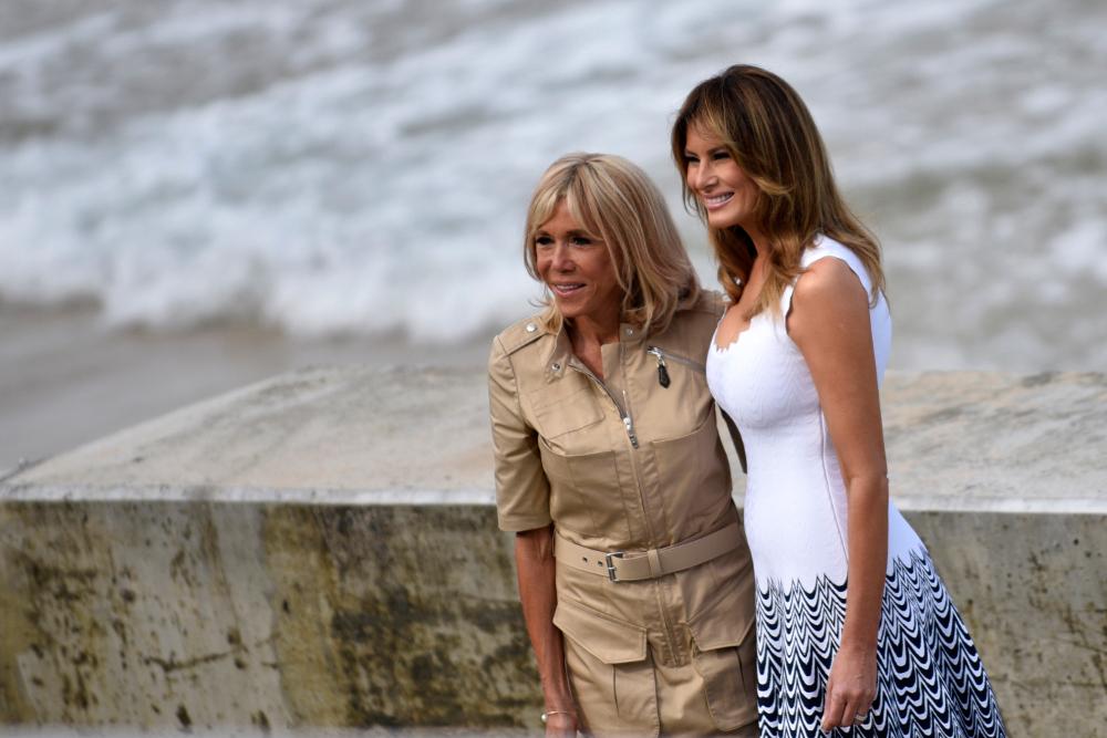 Με φόρεμα σε military στυλ την τελευταία ημέρα της Συνόδου Κορυφής