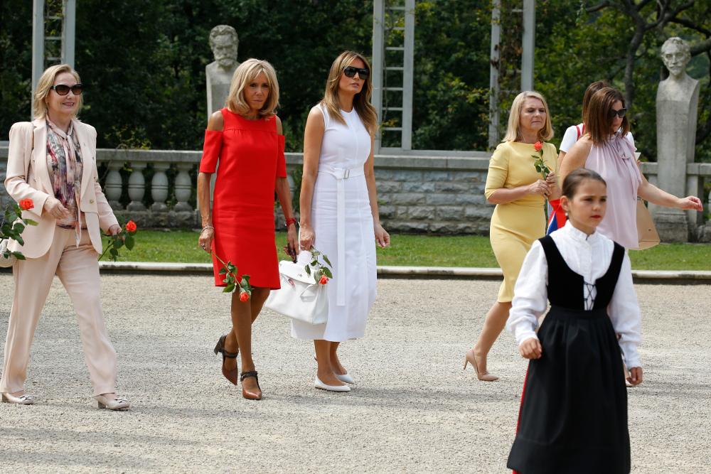 Με κόκκινο μίντι φόρεμα ξενάγησε τις Πρώτες Κυρίες σε ένα χωριό των Βάσκων