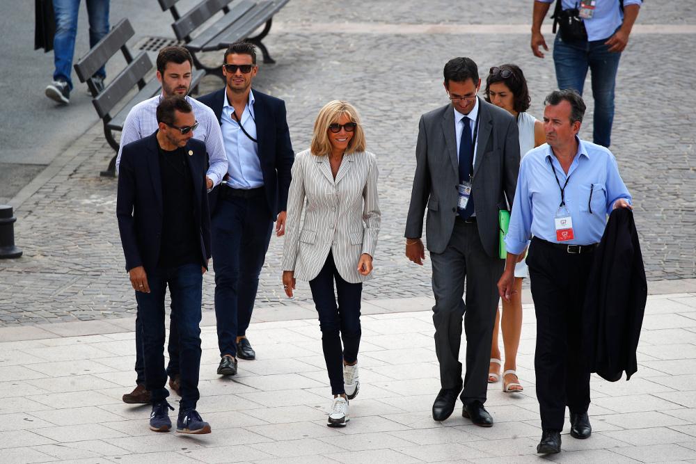 Με ριγέ σακάκι αξίας 3.130 ευρώ κατέφθασε στο Μπιαρίτς της Γαλλίας