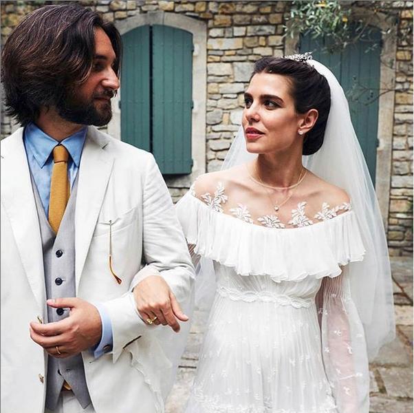 Το Σάββατο, στον θρησκευτικό της γάμο η Σαρλότ Κασιράγκι φόρεσε ένα λευκό, παραμυθένιο και ρομαντικό νυφικό του οίκου Giambattista Valli