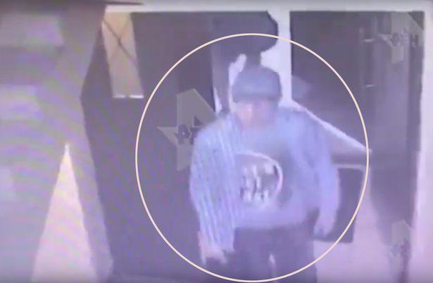 Ο άγνωστος άνδρας που διακρίνεται στο βίντεο κλειστού κυκλώματος να μπαίνει στο διαμέρισμα της πασίγνωστης Ρωσίδας blogger.