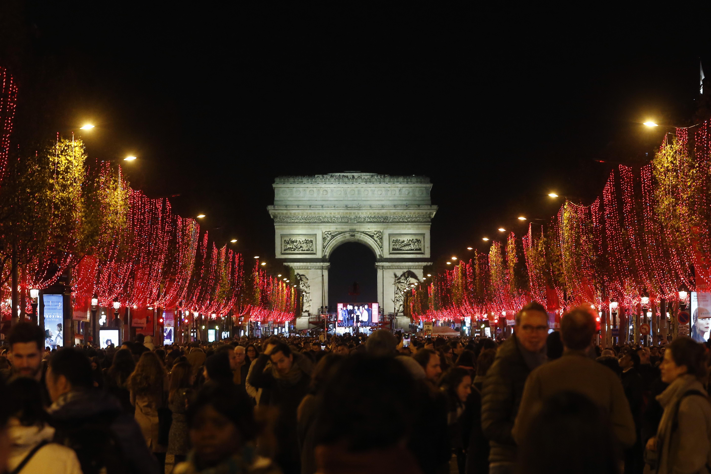 Παρίσι: Η πόλη του φωτός ντύθηκε για τα Χριστούγεννα -Η φωταγώγηση θα κοστίσει 1 εκατ. ευρώ
