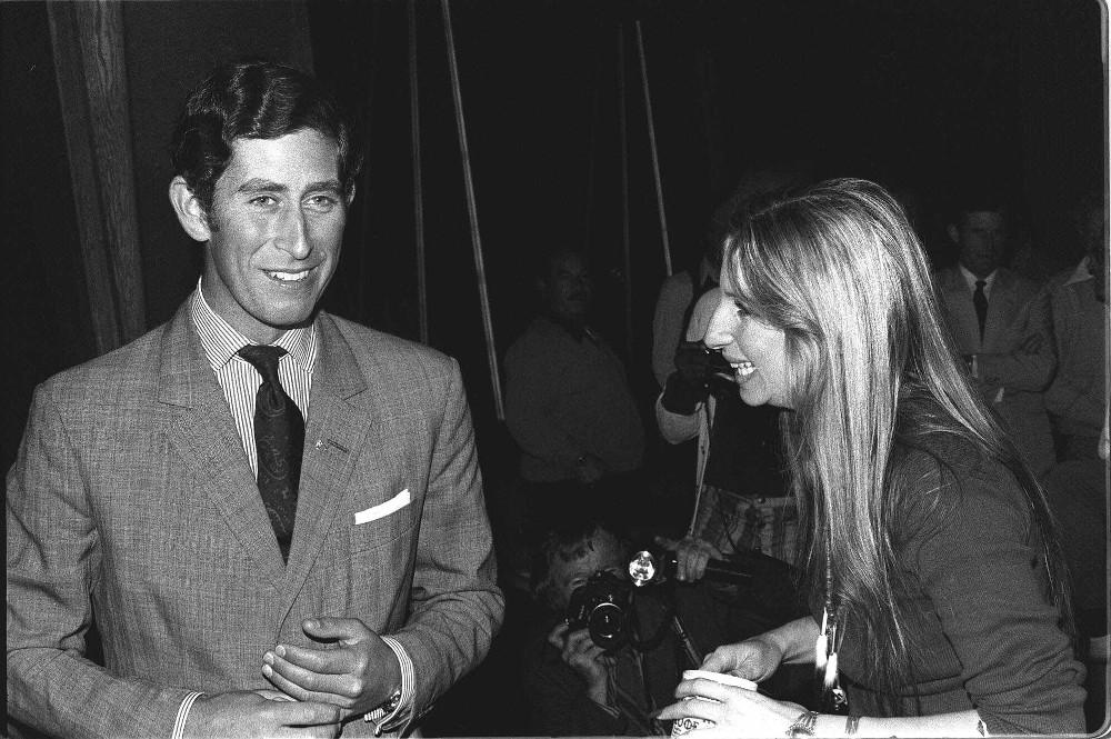 Ο πρίγκιπας Κάρολος γνώρισε για πρώτη φορά την τραγουδίστρια Μπάρμπαρα Στρέιζαντ το 1974 στα γυρίσματα της ταινίας «Παράξενη Κυρία»