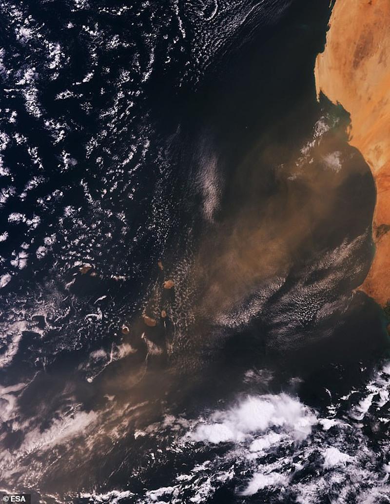 Το σύννεφο της σκόνης από τη Σαχάρα πάνω από το Πράσινο Ακρωτήριο δυτικά των ακτών της Αφρικής