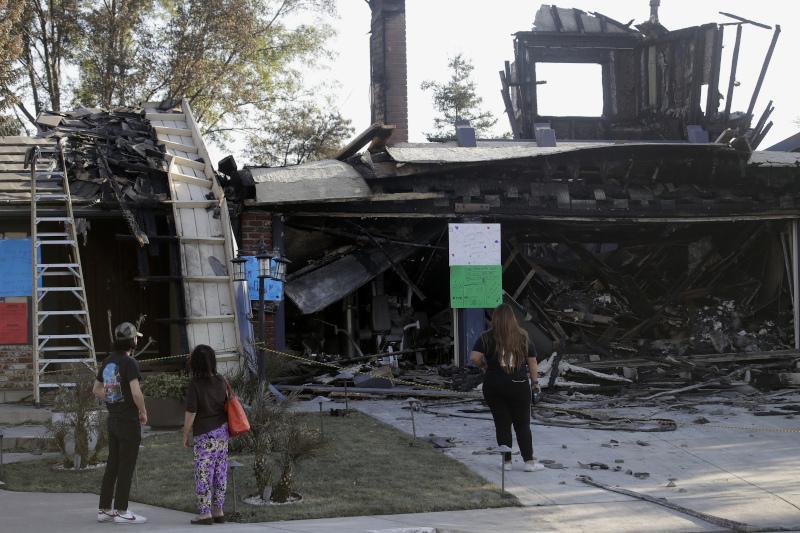 31 κατοικίες και συνολικά πάνω από 90 κτίρια έγιναν στάχτη από τις φονικές πυρκαγιές στη νότια Καλιφόρνια.