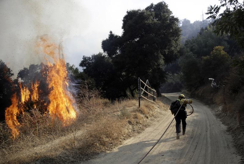 Η μεγαλύτερη από τις πυρκαγιές που μαίνονται στη νότια Καλιφόρνια ξεκίνησε από καύση σκουπιδιών.