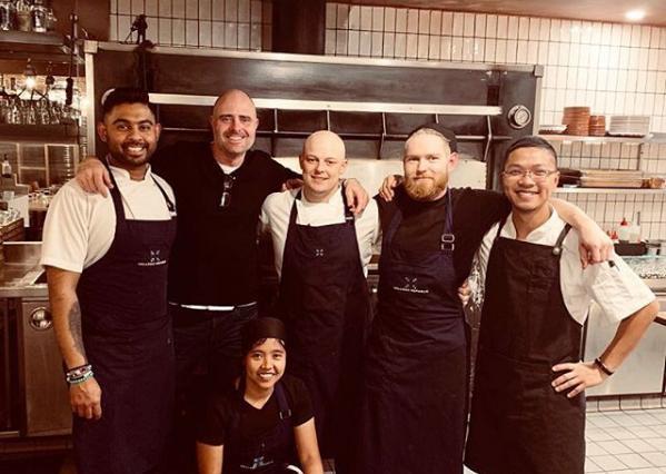 Εργαζόμενοι σε εστιατόριο ποζάρουν χαμογελαστοί