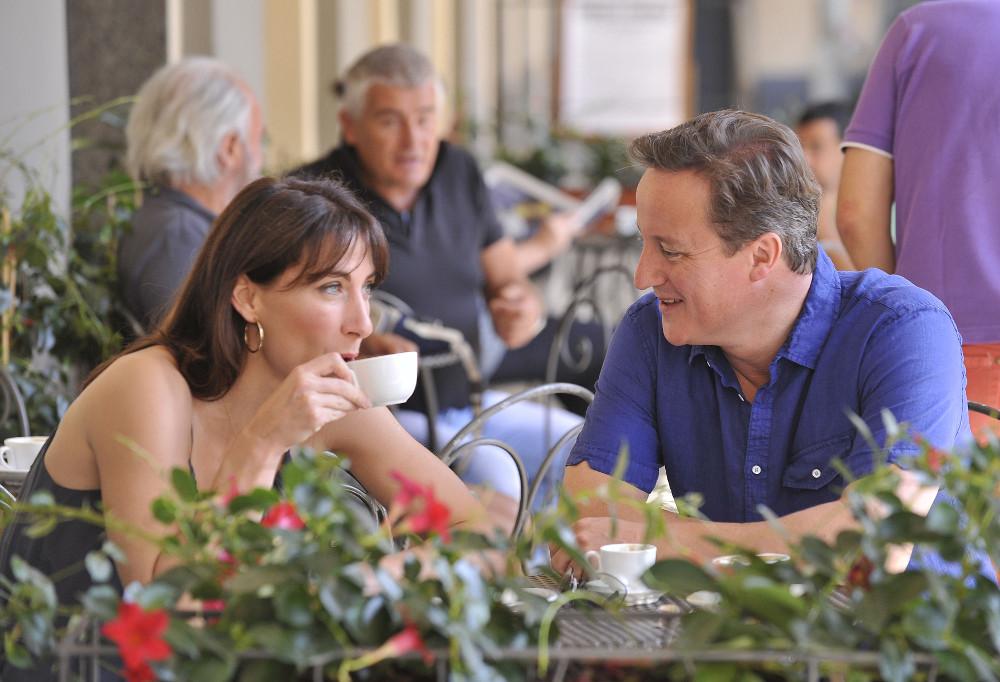 Ντέιβιντ Κάμερον και Σαμάνθα Σέφιλντ πίνουν καφέ σε διακοπές τους στην ΣΙένα της Ιταλίας