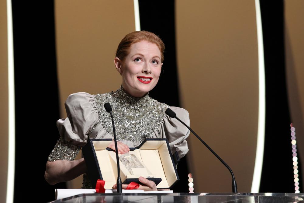 Η Έμιλι Μπίτσαμ παραλαμβάνει το βραβείο της καλύτερης γυναικείας ερμηνείας
