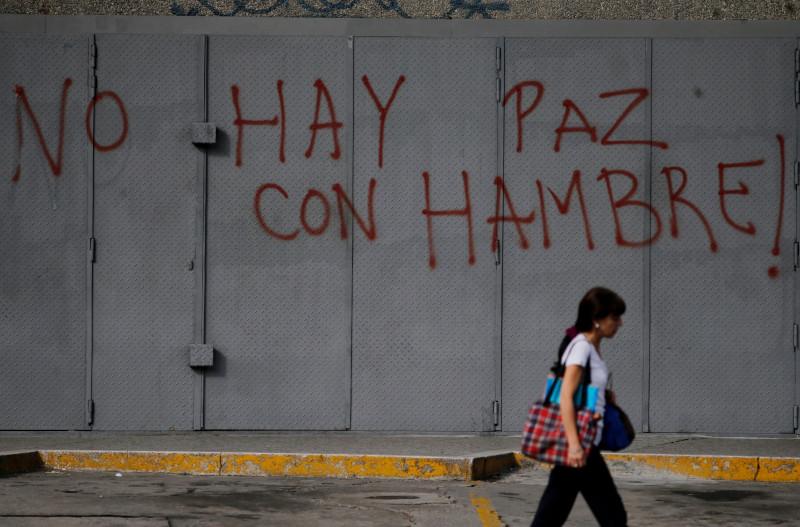 «Ειρήνη με πείνα δεν υπάρχει», αναφέρει το σύνθημα που είναι γραμμένο σε δρόμο του Καράκας.