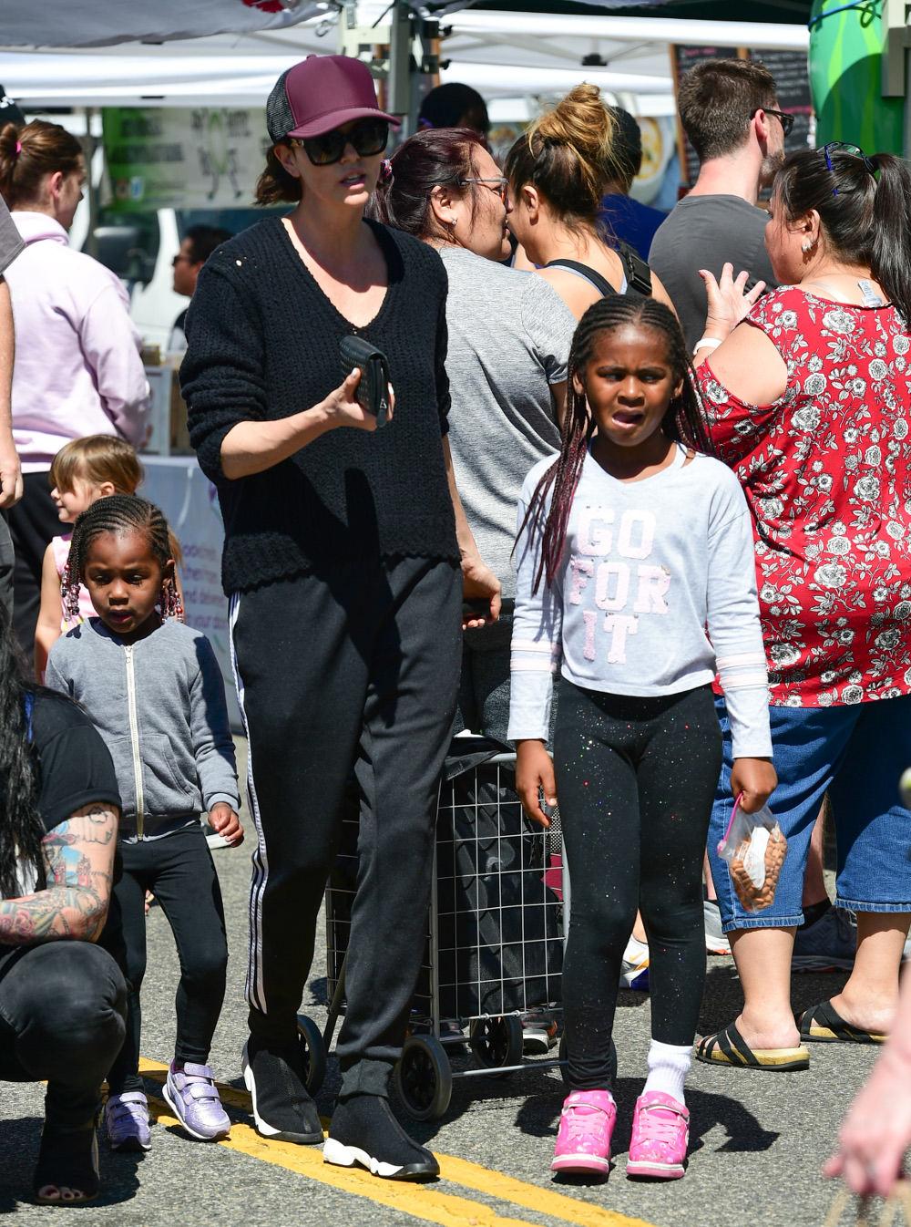 Η Σαρλίζ Θερόν με τα παιδιά της, Τζάκσον με κοριτσίστικα ρούχα και μακριά μαλλιά και την 3χρονη Όγκοστ