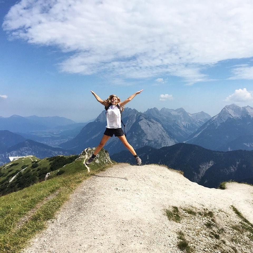Η Κάρι Σίμοντς στην κορυφή ενός βουνού