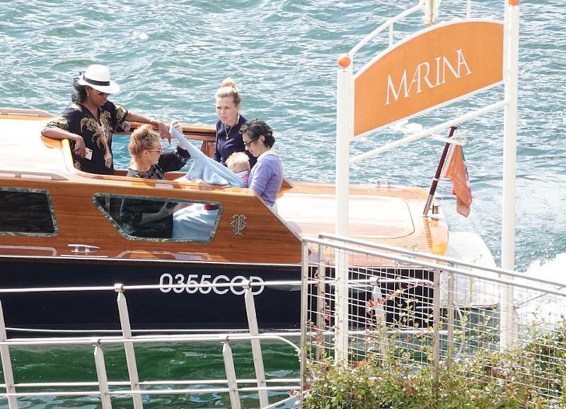 Η Κάρι Σίμοντς, o γιος της και οι φίλες της απήλαυσαν και μια βόλτα με σκάφος, κόστους 300 λιρών την ώρα, στη λίμνη Κόμο