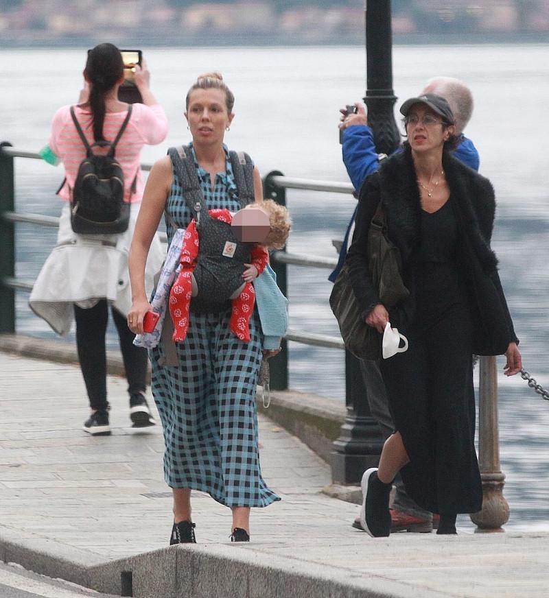 Χαλάρωση με μια βόλτα στην παραλία της λίμνης Κόμο με casual εμφάνιση για την Κάρι Σίμοντς, το γιο της και μια φίλη της