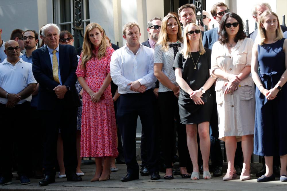 Η Κάρι Σίμοντς στην πρώτη ομιλία του Μπόρις Τζόνσον έξω από την πρωθυπουργική κατοικία