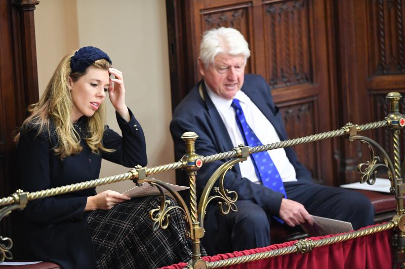 Η Κάρι Σίμοντς παρακολούθησε την ομιλία της βασίλισσας Ελισάβετ έχοντας δίπλα της τον πατέρα του Μπόρις Τζόνσον